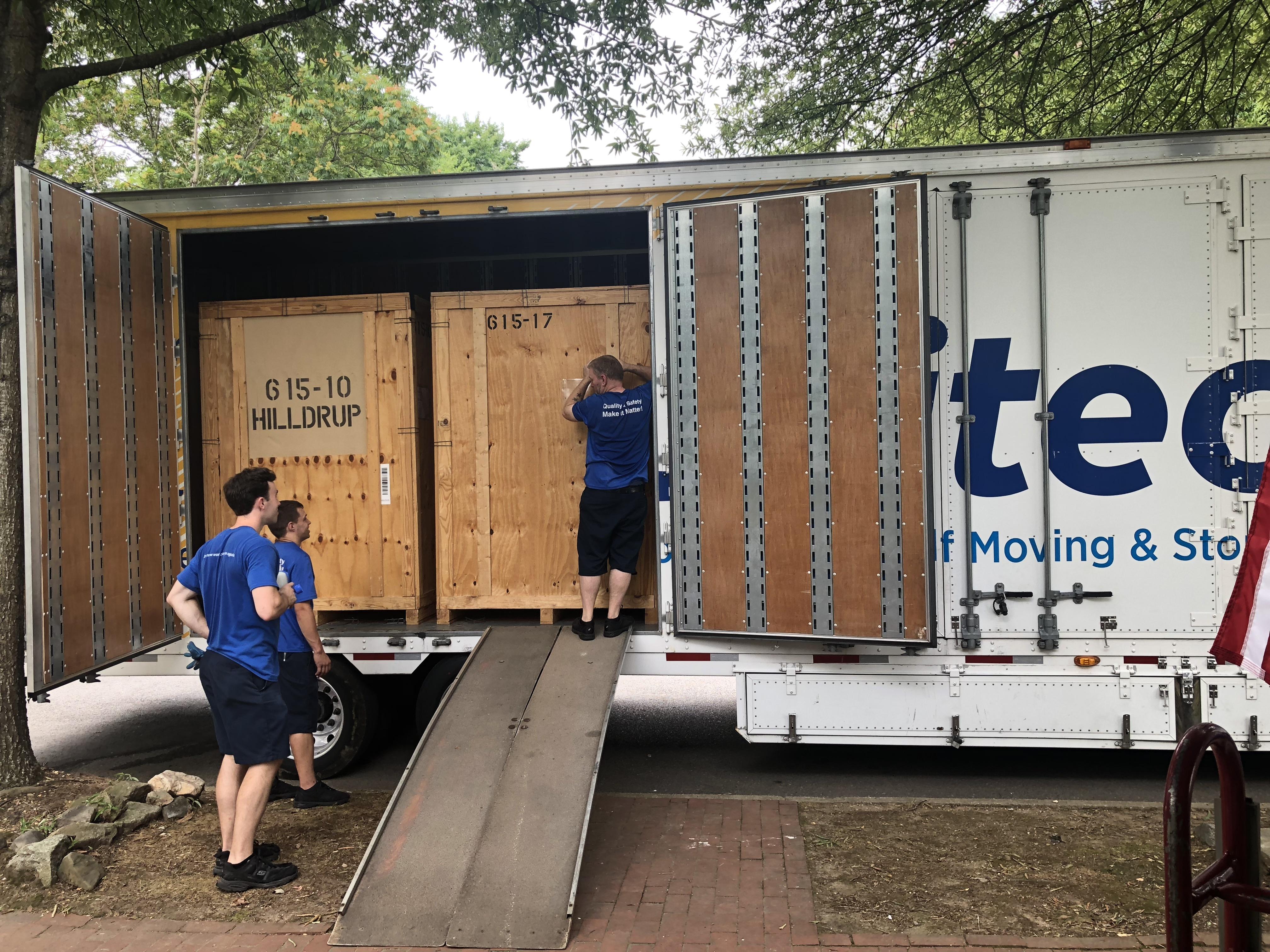 Hilldrup crew unloading truck