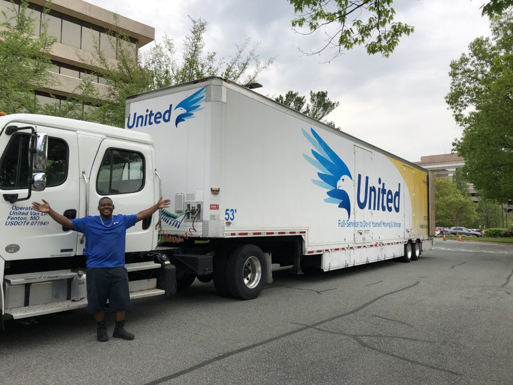 Hilldrup mover standing in front of United truck